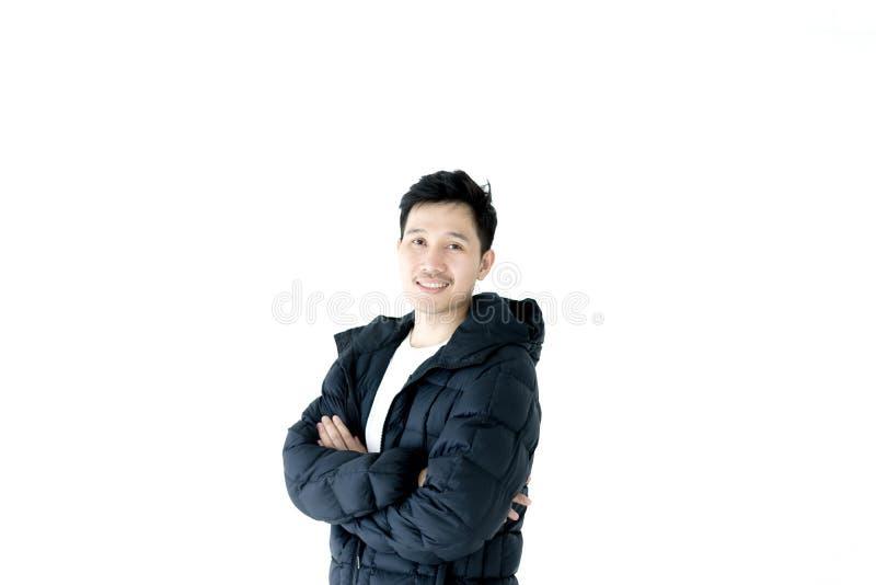 L'uomo asiatico bello si è vestito con l'abbigliamento dell'inverno, isolato su fondo bianco immagine stock libera da diritti