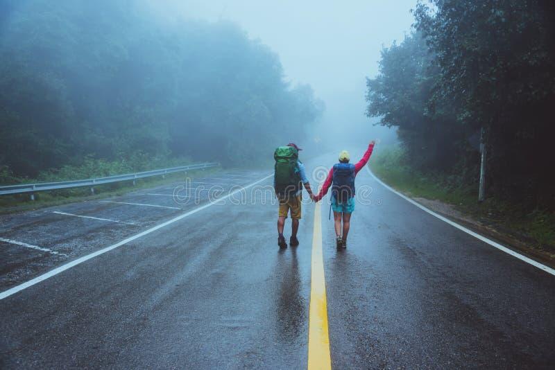 L'uomo asiatico dell'amante e le donne asiatiche viaggiano natura Passeggiata sull'itinerario della strada natura di viaggio feli fotografia stock libera da diritti