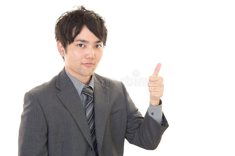 Download L'uomo Asiatico Di Affari Che Mostra I Pollici Aumenta Il Segno Immagine Stock - Immagine di felicità, vestito: 56880953