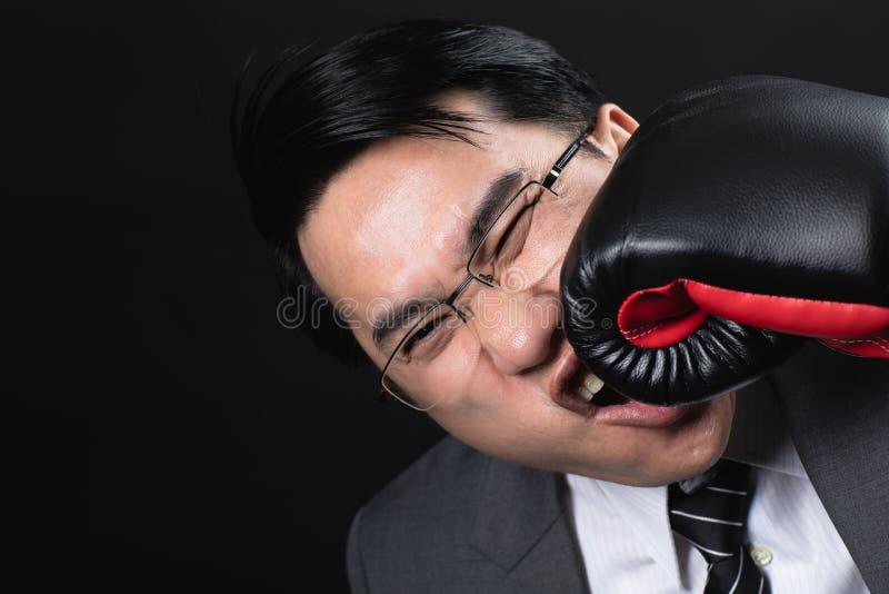 L'uomo asiatico di affari in vestito si è danneggiato fotografia stock libera da diritti