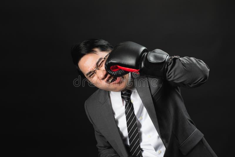 L'uomo asiatico di affari in vestito si è danneggiato fotografia stock