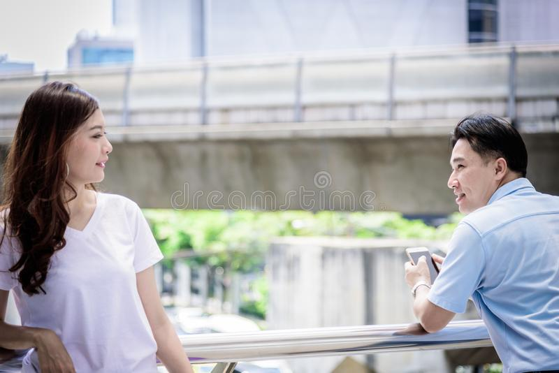 L'uomo asiatico ha sguardo ed interessante adulti per la ragazza bella immagine stock libera da diritti