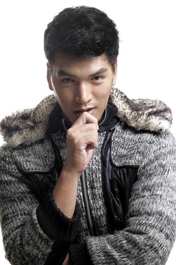 L'uomo asiatico in pelliccia ed il filato strutturano il rivestimento fotografie stock