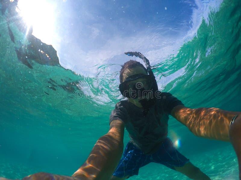 L'uomo asiatico prende la fotografia sotto l'acqua di mare immagini stock