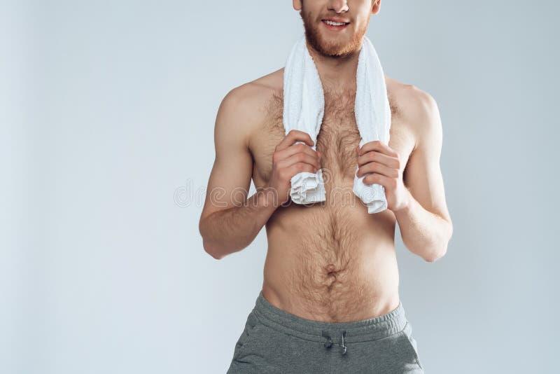 L'uomo barbuto dai capelli rossi sta stando con l'asciugamano fotografie stock libere da diritti
