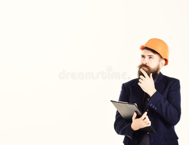 L'uomo barbuto indossa il casco isolato su fondo bianco fotografia stock