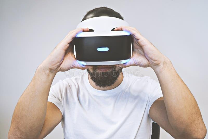 L'uomo barbuto usa i vetri 3D e gode della realtà virtuale fotografie stock