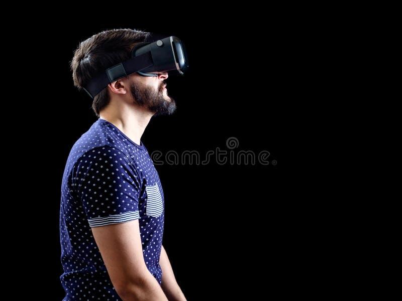 L'uomo in blu ha punteggiato la realtà virtuale d'uso 3d-headset della maglietta immagini stock