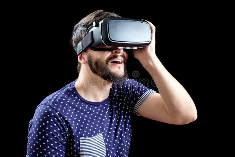 L'uomo in blu ha punteggiato la realtà virtuale d'uso 3d-headset della maglietta immagini stock libere da diritti
