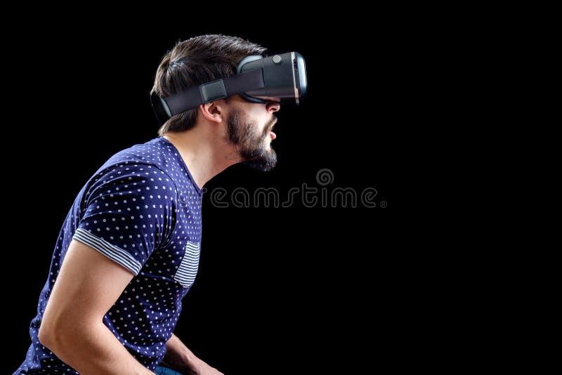 L'uomo in blu ha punteggiato la realtà virtuale d'uso 3d-headset della maglietta fotografie stock libere da diritti
