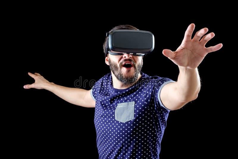 L'uomo in blu ha punteggiato la realtà virtuale d'uso 3d-headset della maglietta fotografia stock