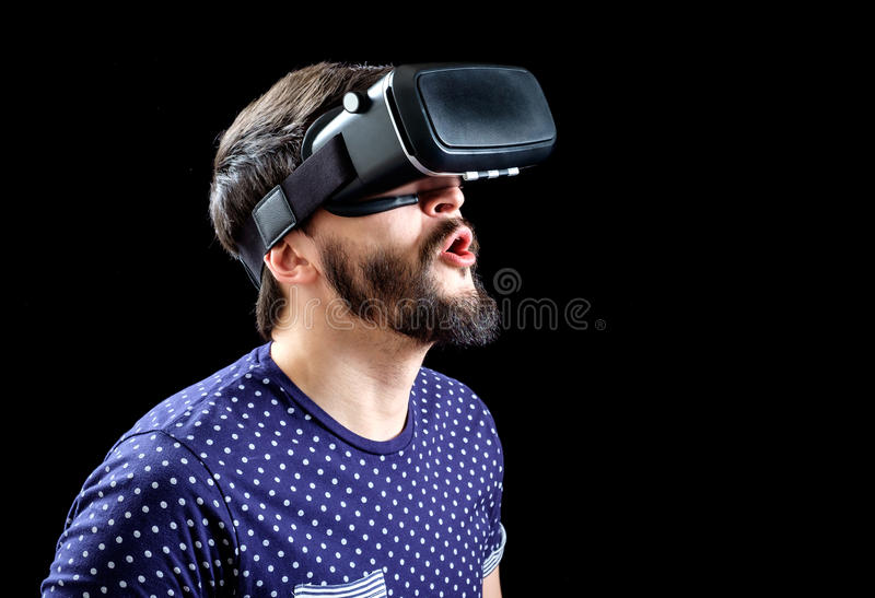 L'uomo in blu ha punteggiato la realtà virtuale d'uso 3d-headset della maglietta immagine stock libera da diritti