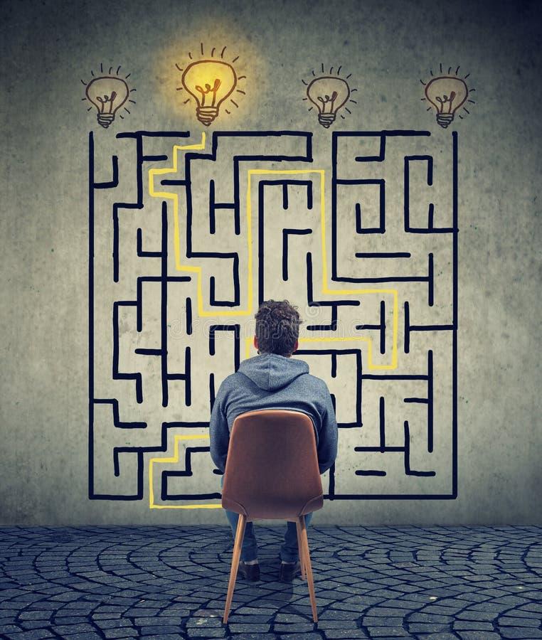 L'uomo che confronta le idee il labirinto ha una soluzione fotografie stock libere da diritti