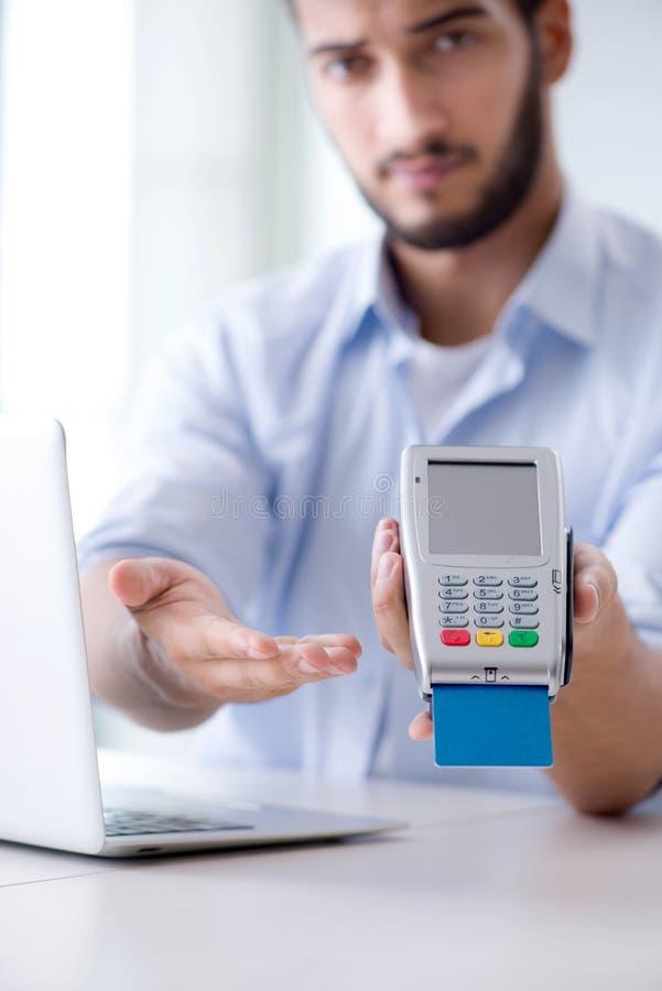 Download L'uomo Che Elabora Transazione Della Carta Di Credito Con Il Terminale Di Posizione Immagine Stock - Immagine di tenuta, ordinamento: 117977489