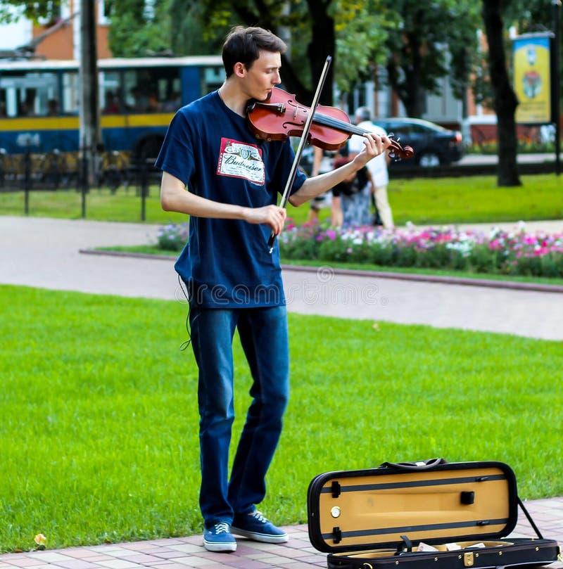 L'uomo che gioca il violino fotografia stock