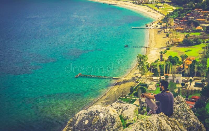 L'uomo che guarda il paesaggio della baia di Marmaris Paesaggio di stupore con la montagna, la spiaggia ed il dettaglio della bai immagine stock libera da diritti
