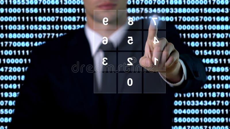 L'uomo che immette la password sullo schermo, l'accesso alla base dati di sicurezza, la tecnologia moderna fotografia stock