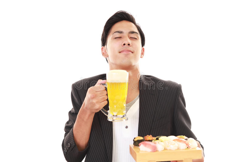 L'uomo che mangia i sushi fotografia stock libera da diritti