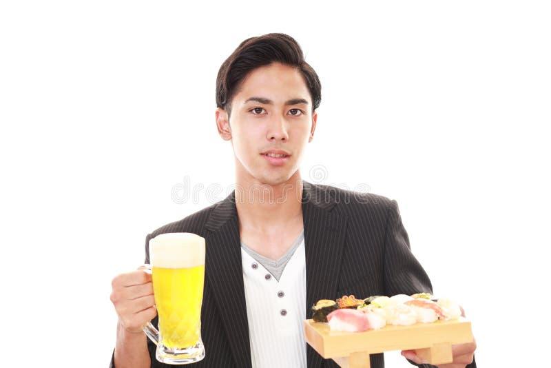 L'uomo che mangia i sushi immagine stock libera da diritti