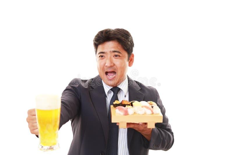 L'uomo che mangia i sushi immagini stock