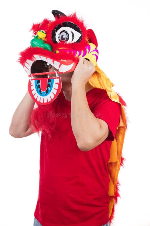 L'uomo cinese asiatico esegue il ballo di leone che celebra nuovo cinese sì immagini stock