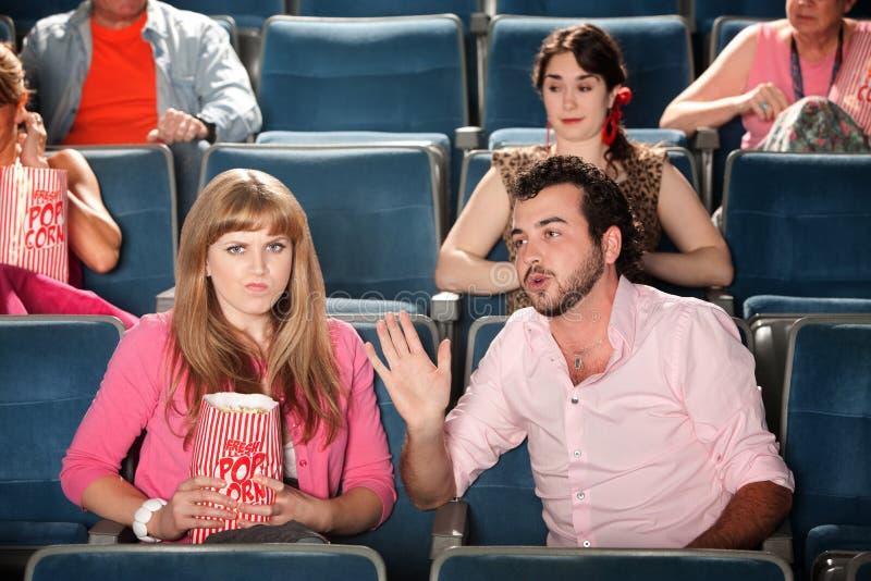 L'uomo comunica con donna nel teatro fotografia stock libera da diritti