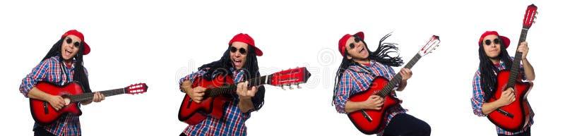 L'uomo con i dreadlocks che giudicano chitarra isolata su bianco fotografia stock
