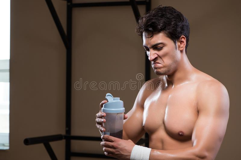 Download L'uomo Con I Supplementi Degli Elementi Nutritivi Nella Palestra Di Sport Immagine Stock - Immagine di bodybuilding, nutrizionale: 117976657