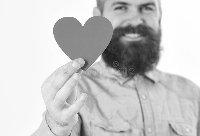 L'uomo con il fronte felice celebra il giorno di biglietti di S. Valentino, su fondo bianco L'uomo con la barba giudica il cuore  immagini stock libere da diritti
