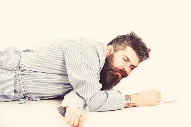 L'uomo con il fronte rilassato si trova sul cuscino Pantaloni a vita bassa con la barba immagini stock libere da diritti