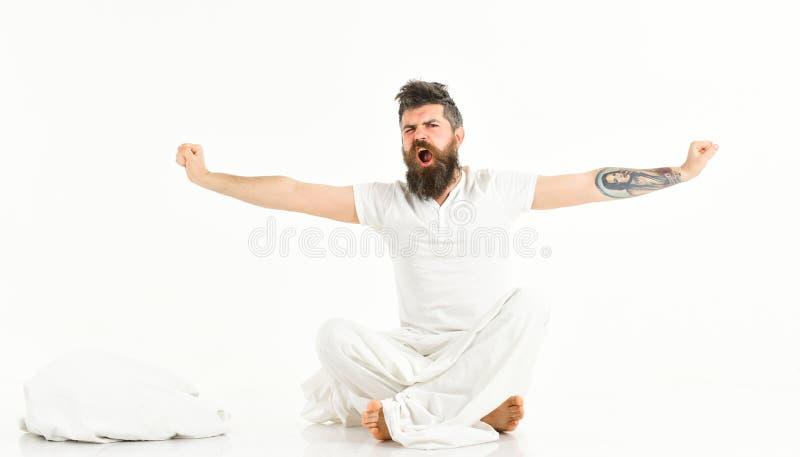 L'uomo con il fronte sonnolento e di sbadiglio che allunga, sveglia immagini stock libere da diritti