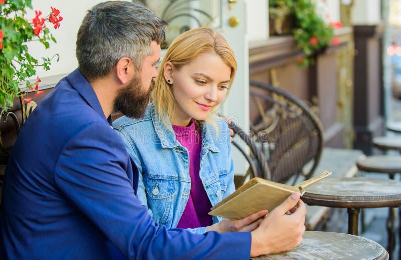 L'uomo con la donna della bionda e della barba stringe a sé alla data romantica Concetto romanzesco Amore e flirt Coppie che flir fotografia stock
