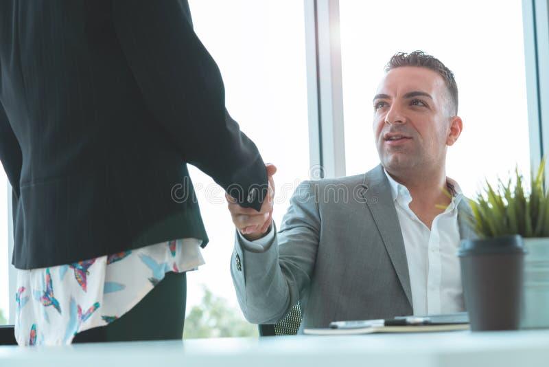 L'uomo con la stretta di mano con il partner, capo di affari si congratula fotografie stock libere da diritti