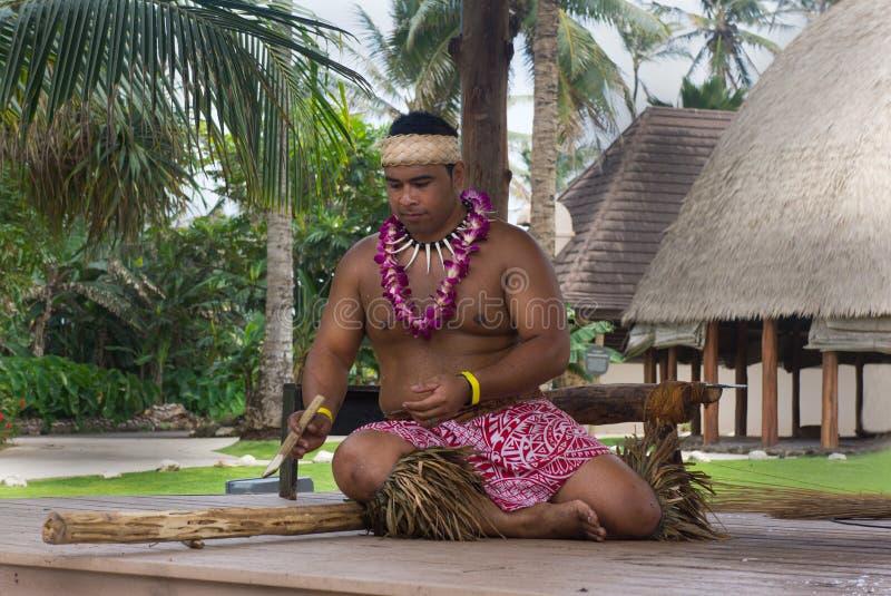 L'uomo concentrare culturale polinesiano fa la dimostrazione del fuoco immagine stock