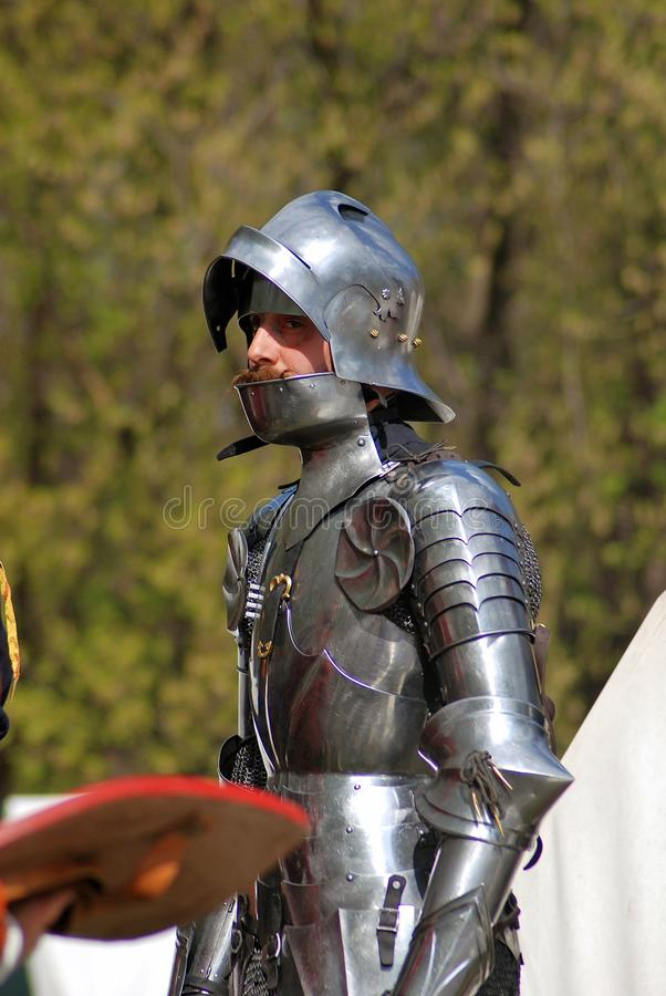 L'uomo in costume storico (un cavaliere) prepara per una battaglia fotografie stock
