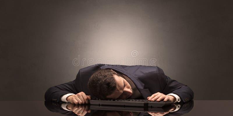 L'uomo d'affari è caduto addormentato nel suo luogo di lavoro fotografia stock libera da diritti