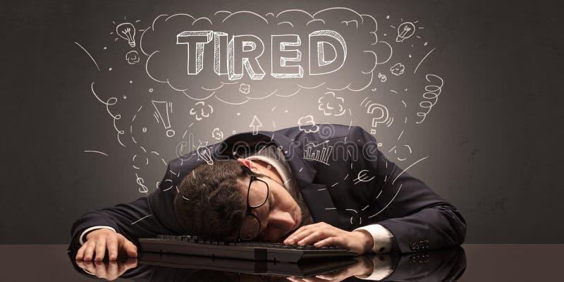 L'uomo d'affari è caduto addormentato nel suo luogo di lavoro con le idee, il sonno ed il concetto stanco immagine stock