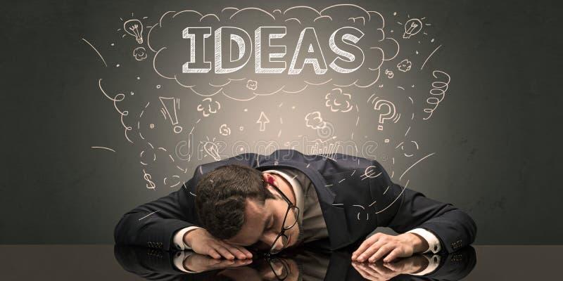 L'uomo d'affari è caduto addormentato nel suo luogo di lavoro con le idee, il sonno ed il concetto stanco fotografie stock libere da diritti
