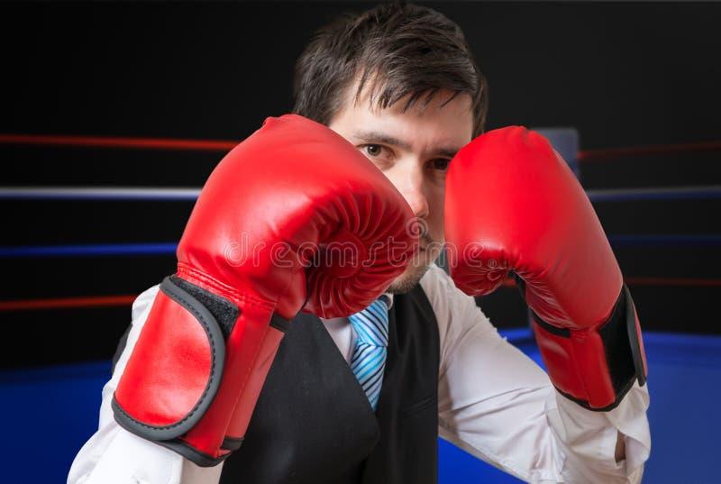 L'uomo d'affari è inscatolante e combattente in anello fotografia stock libera da diritti