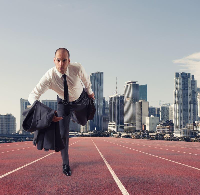 L'uomo d'affari agisce come un corridore Concorrenza e sfida nel concetto di affari fotografie stock