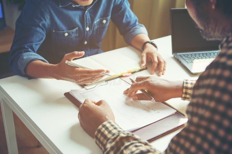 L'uomo d'affari analizza il concetto, giovane squadra dei direttori aziendali che lavora il nuovo progetto della partenza immagine stock libera da diritti