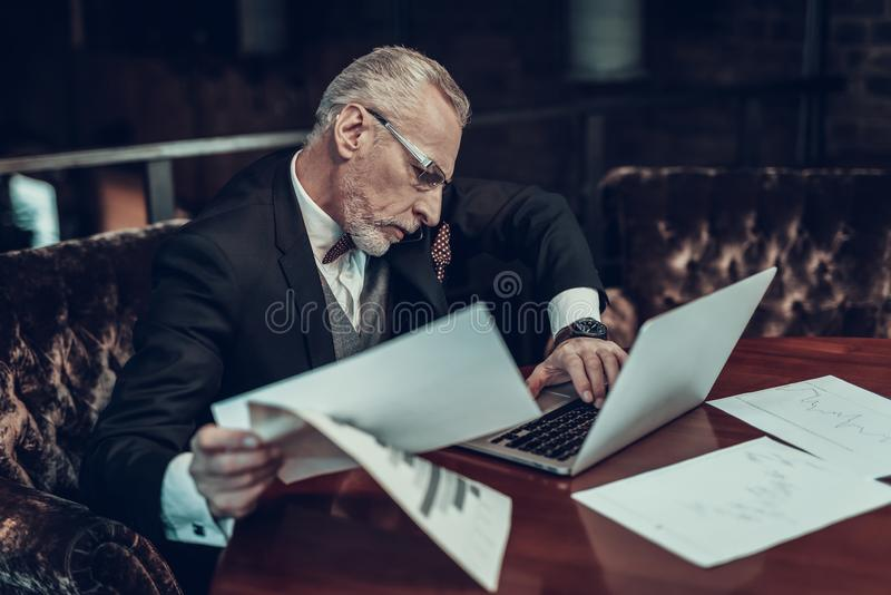 L'uomo d'affari anziano occupato non fa fronte a lavoro immagini stock libere da diritti