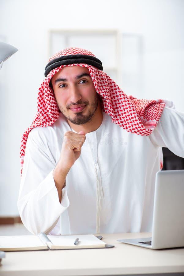 L'uomo d'affari arabo che lavora nell'ufficio immagine stock