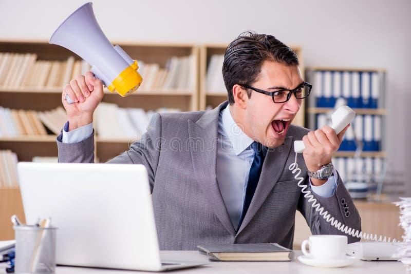 Foto Lavoro Ufficio : L uomo d affari arrabbiato con troppo lavoro in ufficio immagine