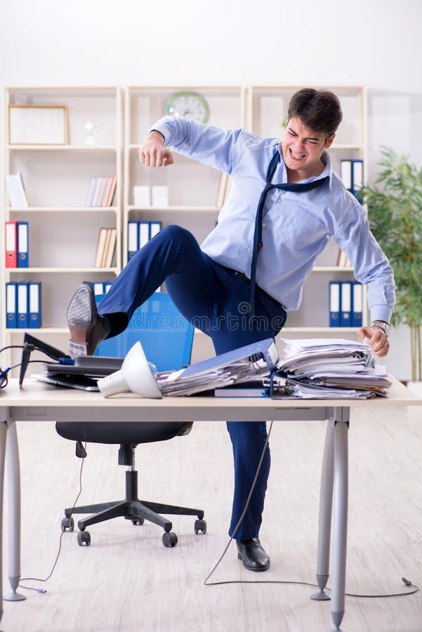 Download L'uomo D'affari Arrabbiato Frustrato Con Troppo Lavoro Immagine Stock - Immagine di sovraccaricato, frustrazione: 117975497