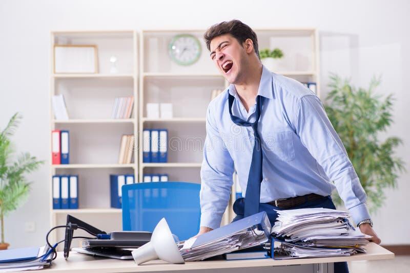 Download L'uomo D'affari Arrabbiato Frustrato Con Troppo Lavoro Immagine Stock - Immagine di gestore, raccoglitore: 117975525