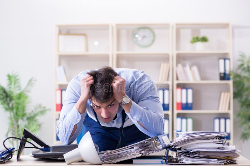 Download L'uomo D'affari Arrabbiato Frustrato Con Troppo Lavoro Fotografia Stock - Immagine di businessman, sovraccaricato: 117975530