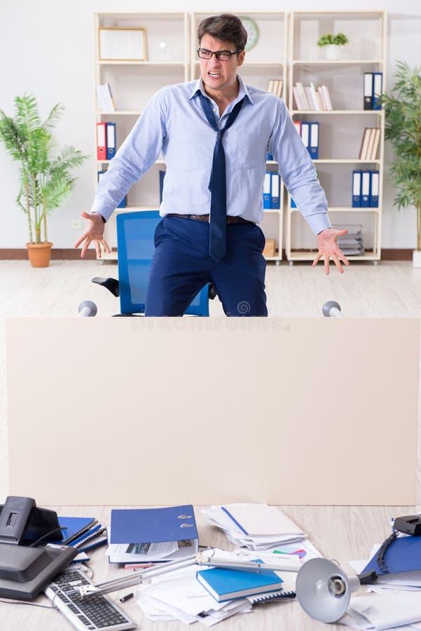 Download L'uomo D'affari Arrabbiato Frustrato Con Troppo Lavoro Fotografia Stock - Immagine di overtime, raccoglitore: 117975606