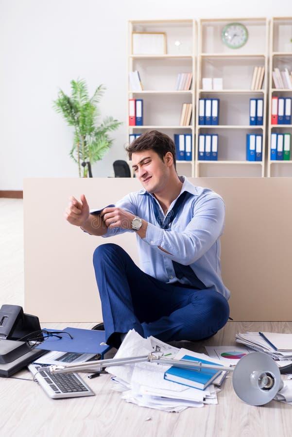 Download L'uomo D'affari Arrabbiato Frustrato Con Troppo Lavoro Fotografia Stock - Immagine di gestore, mancanza: 117975612