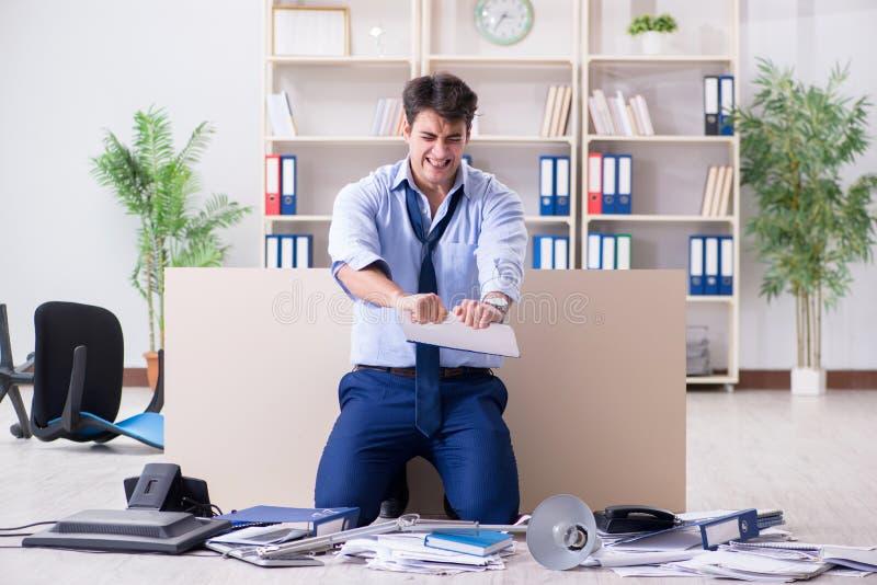 Download L'uomo D'affari Arrabbiato Frustrato Con Troppo Lavoro Fotografia Stock - Immagine di uomo, raccoglitore: 117975698